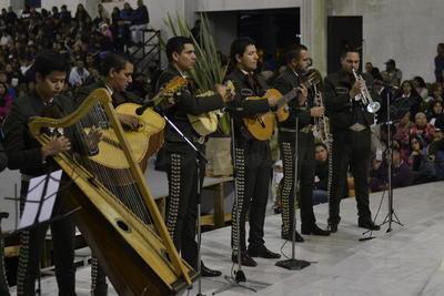 Luego de la misa de gallo se procedió a entonar las tradicionales Mañanitas a Nuestra Señora de Guadalupe, por todos los presentes y algunos grupos musicales.