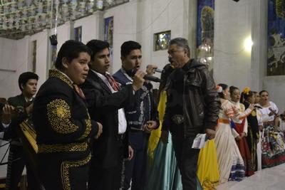 Tanto en el santuario viejo como en el nuevo se van alternando las misas por lo que hay actividad en toda la zona.