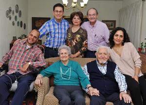 12122016 FESTEJAN ANIVERSARIO.  Martha Torres y Francisco Ledesma con sus hijos, Jorge, Gabriela, Ricardo, Alejandra y Alberto.