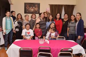 11122016 EN AMENA RECEPCIóN.  Mónica López con la grata compañía de sus amigas.