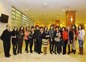 11122016 LA FOTOGRAFíA DEL RECUERDO.  Damas Emprendedoras presentes en una exposición de pintura y escultura.