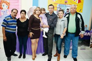 11122016 Papás y abuelos celebrando los 3 años de la pequeña Jessica.