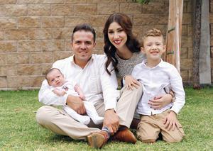 12122016 EN FAMILIA.  Eduardo Peña y Ana Teresa de la Cueva con sus hijos, Eduardo y Santiago.