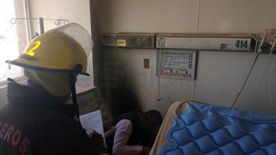 De acuerdo a los primeros reportes, el fuego se inició en una habitación del cuarto piso, cuando uno de los pacientes intentó conectar un ventilador y se generó un cortocircuito en el enchufe.