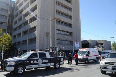 Elementos de la Policía y personal de la Cruz Roja acudieron al lugar.