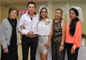 13122016 POR CASARSE.  Aldo Blanco y Yusivela Jara Peña en la despedida que se les organizó por su próximo matrimonio el 23 de diciembre. En la imagen, los acompañan Amanda González de Blanco, Heralida Peña de Jara y Guadalupe Jara.