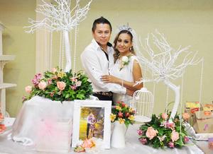 14122016 CERCA DEL ALTAR.  Aldo Blanco y Yuvisela Jara Peña en la despedida de solteros que se les organizó por su próximo matrimonio el 23 de diciembre.