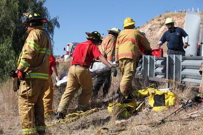 El tráiler, que transportaba fertilizante, completamente destrozado, y el tractor envuelto en llamas, justo abajo de donde termina la rampa de frenado.