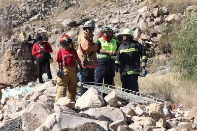 En el lugar del siniestro, ubicado a la altura del kilómetro 23, poco antes de llegar a la primer caseta de cobro, los bomberos encontraron 40 metros abajo el tráiler.