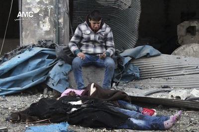 Un hombre que llora la pérdida de varios familiares, fallecidos tras el impacto de una bomba en el barrio de Yeb al Quebeh en Alepo.