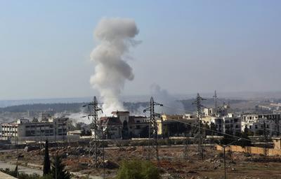 Una columna de humo se eleva durante un ataque del régimen sirio en el oeste de Alepo.