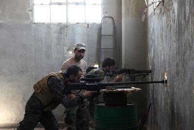 Los soldados sirios posicionados durante enfrentamientos contra grupos armados en la zona de de Alepo.