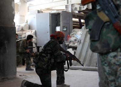 Soldados sirios preparándose para atacar en enfrentamiento de Alepo.