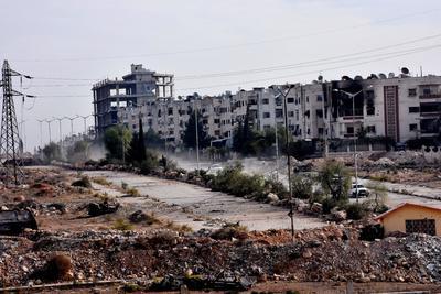 Edificios y escombros dañados se ven en las aldeas occidentales de Alepo del distrito de al-Assad.