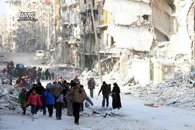 Civiles siendo evacuados del este de la ciudad de Alepo, Siria. La operación de evacuación de los asediados de Alepo fue suspendida coincidiendo con el sonido de varias explosiones en la zona.