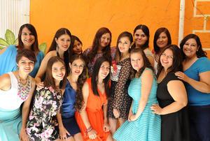 17122016 SE CASA EN BREVE.  Laura Gutiérrez con algunas de las invitadas a su despedida.