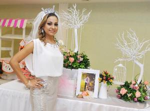 17122016 CERCA DEL ALTAR.  Yuvisela Jara Peña en su despedida de soltera.