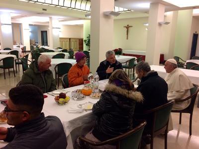 El pontífice desayunó con indigentes de Roma.