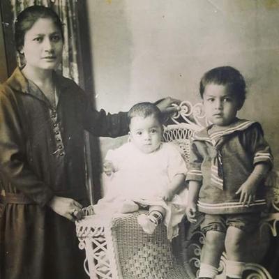 Foto de la Sra. Marina Diaz de Sifuentes (de pie ), sr. Jose Sifuentes y (sentado) Sr. Juan Antonio Sifuentes. QED foto de hace 90 años.