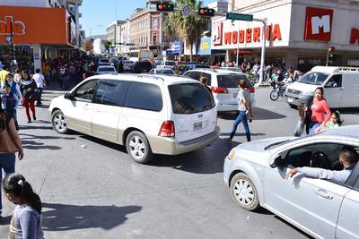 """""""No nos damos abasto, aquí vamos a estar como hasta las diez de la noche, hay mucha gente, muchos peatones, pero también el tráfico vehicular no para"""", dijo un agente de Tránsito."""
