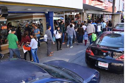 En algunas vialidades como la Acuña e Hidalgo y la Múzquiz y Juárez, había hasta dos agentes dirigiendo el tráfico, mientras que las banquetas lucían atiborradas, al igual que los estacionamientos.