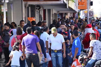 A pocos días de celebrar la Nochebuena y Navidad, la ciudadanía comienza a ir al centro de la ciudad de Torreón abarrotando las calles sólo para comprar los regalos y preparativos para la festividad.