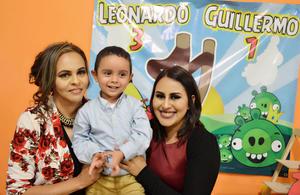 18122016 Leonardo acompañado de su madrina, Lorena Serna, y su tía, Gisel Bárcenas.