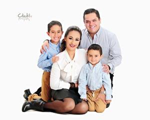 18122016 Leonardo y Guillermo acompañados por sus papás, Evelyn Padilla y Guillermo Soto. - Click Fotografía