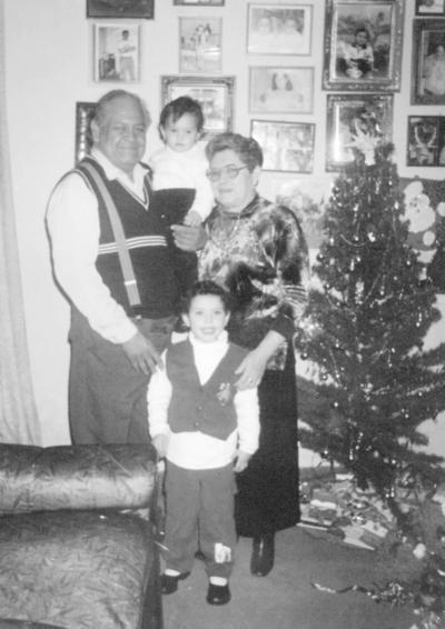 18122016 Familia Rivera Lara festejando la Navidad en 1980 con sus nietas, Valeria y Karen Michell.