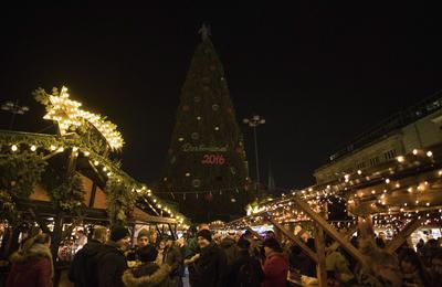 El pino navideño del mercado apagó sus luces para guardar luto.