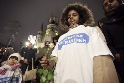 """Una niña porta el mensaje """"Musulmanes por la paz"""" en su playera."""