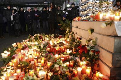 Cientos de personas acudieron con velas y flores para guardar luto a los fallecidos.