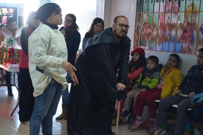 Luego de la entrega a directivos del hospital, el grupo organizó una posada para los niños que esperaban en la Consulta Externa, quienes convivieron junto con sus padres y disfrutaron del espectáculo del cuenta cuentos.