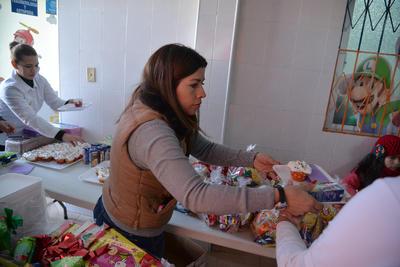 La fundadora de este grupo, Argelia Güereca, dijo que la labor que realizan es con todo el corazón, lo que ha evitado cualquier tipo de complicación, además de que los papás de los pequeños enfermos reaccionan muy positivamente cuando se les trata de ayudar.
