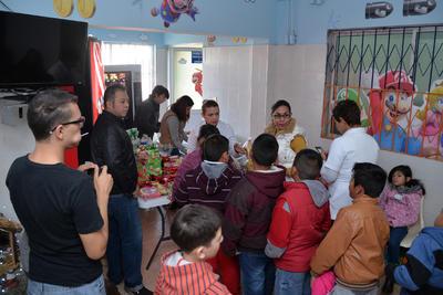 Cada niño acompañado por sus padres recibieron detalles de parte de la asociación Salvemos Héroes y así alegraron la espera en el Hospital.