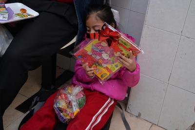 Regalos, bolos, cupcakes y demás, fue lo que se les regaló a los niños mientras esperaban su consulta médica.