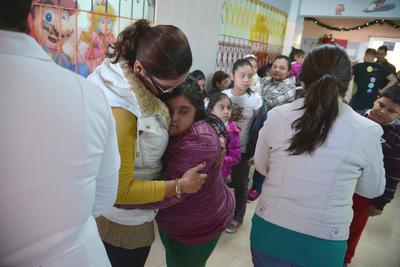 """""""A la niña le cambió la cara, Dios los bendiga"""", dijo la madre de María de los Ángeles, una menor de 17 años que tiene síndrome de Down y aparenta menor edad. María se acercó a las organizadoras y les repartió besos y abrazos."""