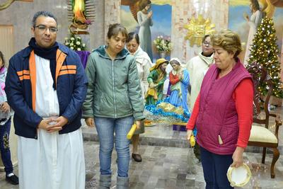 Y es así como en la colonia Nazario Ortiz se celebran las posadas. Primero, el padre Rafael llama a los fieles a participar en la misa, para después iniciar con la petición de posada.