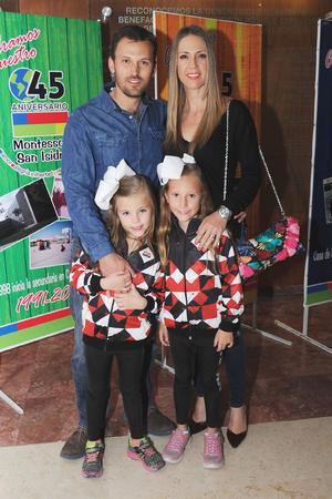 23122016 Xavier y Claudia con sus hijas Eva y María.