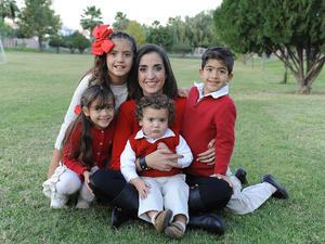 Claudia con sus hijos, Paulina, Kike, Marisofi y Rodrigo