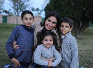 Laura con sus hijos, José León, Juan Pablo y Valeria