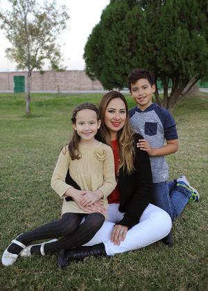 Priscila con sus hijos, Elías y Priscy