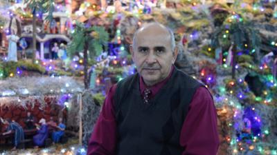 El médico Víctor Luján instala cada temporada navideña un nacimiento monumental.