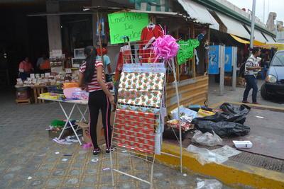 En algunos sitios como el Mercado Alianza, los desechos estaban prácticamente regados en las banquetas.