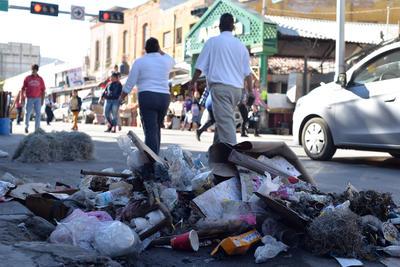 Cajas de cartón, papeles de regalo, latas de refresco, de cerveza, bolsas, vasos y platos de plástico, restos de alimentos y hasta trapos sucios, fue parte de la basura que dejó la Navidad en Torreón.