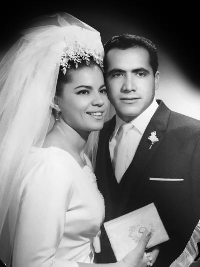 25122016 Concepción González Perez y Alfredo Sáenz García festejando su 50 aniversario de bodas. Se casaron el 11 de diciembre de 1966 en la Iglesia de la Sagrada Familia de la Colonia Las Rosas de Gómez Palacio, Dgo.