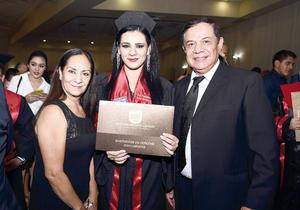 25122016 SE GRADúA.  Esperanza Soto Alonso con Esperanza Alonso de Soto y Arturo Soto.