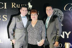 25122016 Ramona Elsa Martínez con sus hijos, Luis Carlos y Osvaldo.