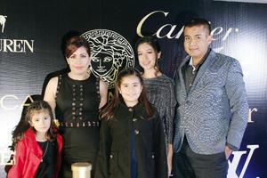 25122016 Dama de honor Tania Santana en compañía de su familia en los XV de Valeria.