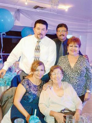 25122016 Manuela Durán en compañía de sus hijos: Margarita, Ernesto, Cuauhtémoc y Ramona Elsa.
